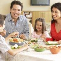Qué actitud deben tener los padres durante una comida familiar