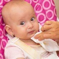 Cuando la barbilla del bebé se irrita por el babeo