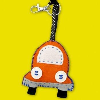 Llavero con forma de coche. Manualidad con fieltro para niños