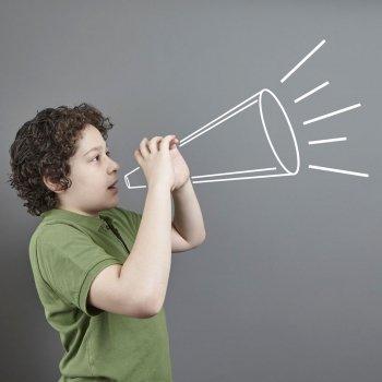 Por qué los niños hablan tan alto y qué hacer para no perder los nervios