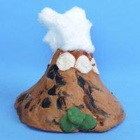 Volcán en erupción. Experimento científico para niños