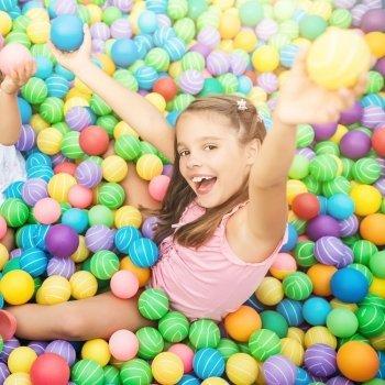 Diez beneficios de las piscinas de bolas para los niños