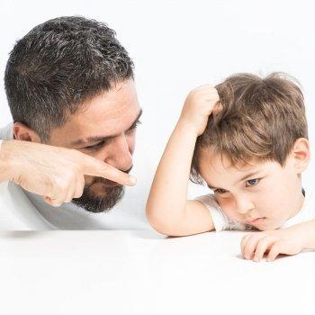 Padres autoritarios con sus hijos