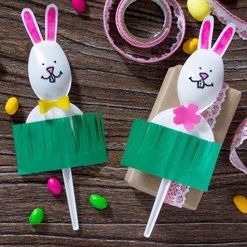 Conejos de Pascua hechos con cucharas de plástico para niños