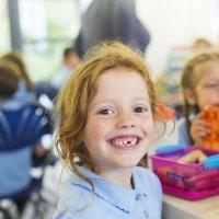 La salida y caída de los dientes de leche de los niños