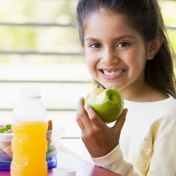 Zumo natural o fruta en la dieta de los niños, ¿qué es más saludable?