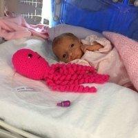 Pulpos de crochet para ayudar a bebés prematuros