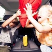 Qué hacer para que los niños no se peleen en el coche