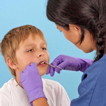Cómo cuidar una herida con puntos o grapas en los niños