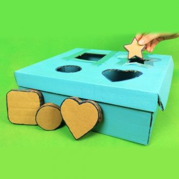 Juego de encajar figuras. Manualidades de juguetes caseros