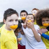 Cómo alimentar al niño que realiza actividades deportivas