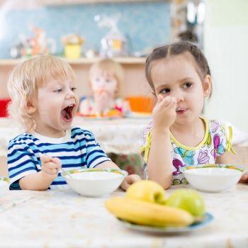 Las primeras comidas de los niños en el comedor escolar