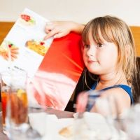 Comer fuera de casa con niños que tienen alergias alimentarias