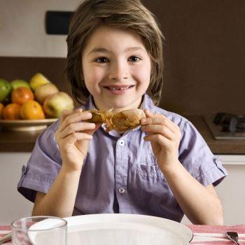 El mito del pollo con hormonas: ¿pueden los niños comer pollo de forma segura?