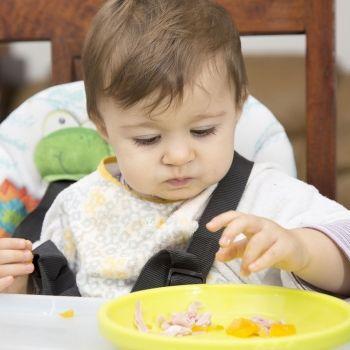 Cuando dar alimentos no triturados al bebé
