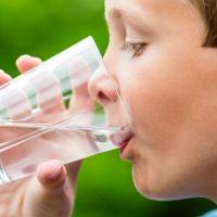 La importancia del agua en la infancia y el error de sustituirla por otras bebidas