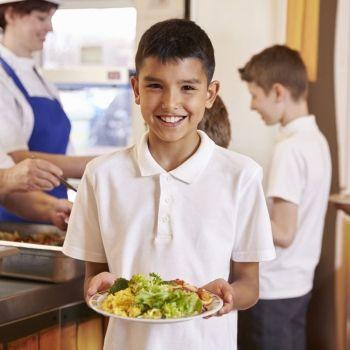 Comer en casa o en el comedor escolar, ¿qué es mejor para los niños?