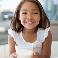 Leche de vaca o leche vegetal para los niños, ¿qué es mejor?