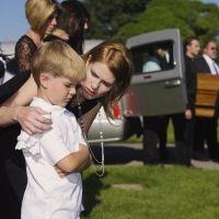 El dilema de llevar al niño a un funeral