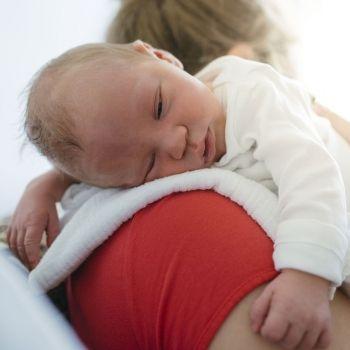 3 posturas para sacar los gases al bebé