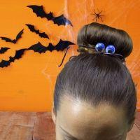Moño con donut de araña para Halloween. Peinados infantiles