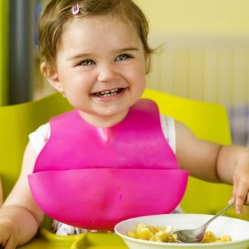 Enseñar a comer a un niño desde recién nacido