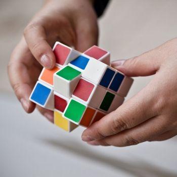 Beneficios de jugar al cubo de Rubik para los niños