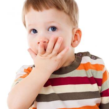 Cuando el bebé ha iniciado el desarrollo del lenguaje pero deja de hablar