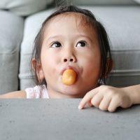 10 alimentos peligrosos porque pueden provocar atragantamiento en niños