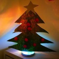Lámpara con forma de abeto navideño. Manualidades infantiles para Navidad
