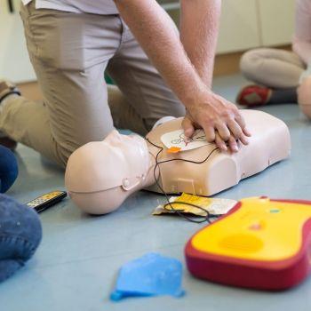 Cómo usar el desfibrilador en niños en caso de parada cardiorespiratoria