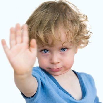 Niños que rechazan el contacto físico