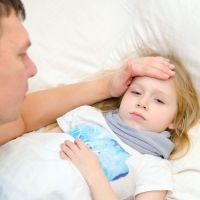 Dolor de cabeza y fiebre durante la gripe y resfriados en los niños