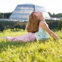 Ejercicio de yoga de la Cobra. Asanas de yoga para niños