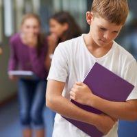 Niños que parecen más mayores y reciben burlas por su conducta infantil
