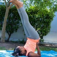 Postura de yoga de la Vela. Asanas de yoga para niños