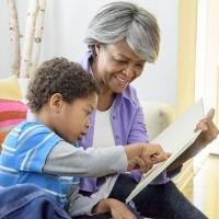 Enseñar al niño con autismo a atribuir emociones a otras personas