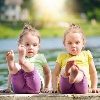 Postura de yoga del Barco. Asanas de yoga para niños