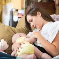 Prolongar la lactancia materna previene el asma en los niños