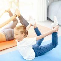 Postura de yoga del Arco. Asanas de yoga para niños