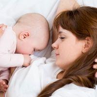 Mi bebé se duerme al pecho, ¿ha comido suficiente?