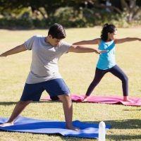 Postura de yoga del guerrero II. Asanas de yoga para hacer con los niños