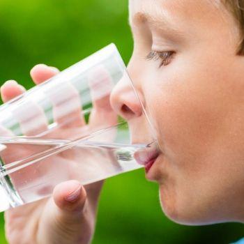 Qué deben beber los niños para estar hidratados