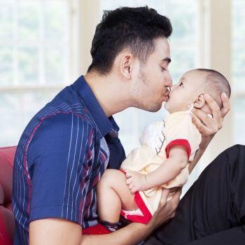 El peligro de algunos besos para los bebés