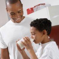 ¿Es malo calentar la leche en el microondas?
