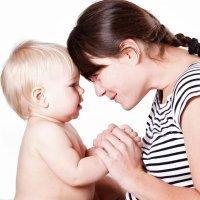 Un gesto vale más que mil palabras a un bebé