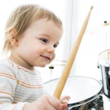 Despierta su interés por la música