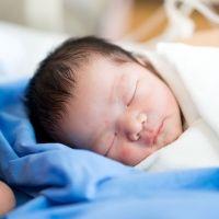 ¿Es frágil un bebé recién nacido?