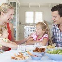 Los beneficios para los niños de comer en familia