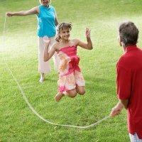 Saltar a la comba. Un juego sano y divertido para los niños